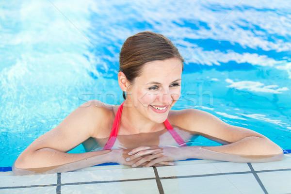 Retrato mulher jovem relaxante piscina raso Foto stock © lightpoet
