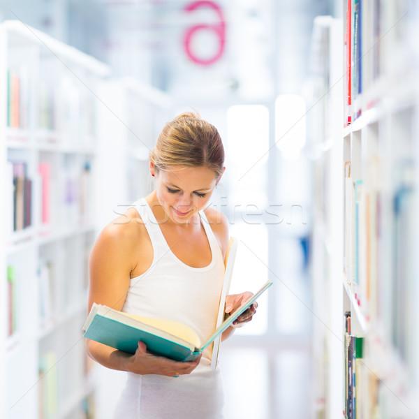 Stock fotó: Csinos · fiatal · főiskolai · hallgató · könyvtár · sekély · mélységélesség
