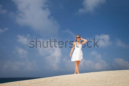 Csinos fiatal nő kint élvezi napfény tenger Stock fotó © lightpoet
