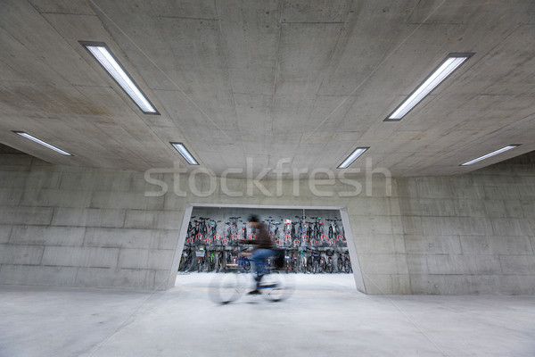 Moderna prisa hombre caminando moto casa Foto stock © lightpoet
