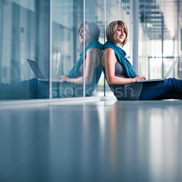 ストックフォト: かなり · 女性 · 学生 · ラップトップコンピュータ · 大学 · キャンパス