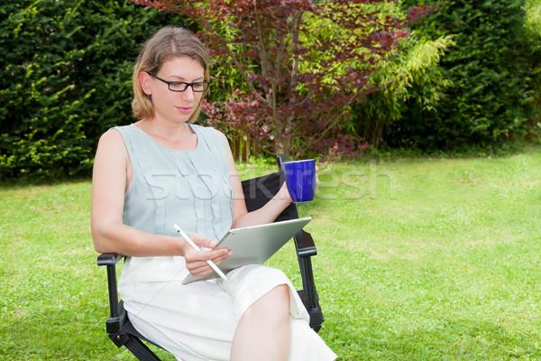 女性実業家 庭園 座って 椅子 コーヒーカップ ストックフォト © limbi007