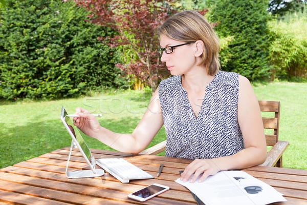 Zakenvrouw kantoor aan huis tuin vergadering werken Stockfoto © limbi007