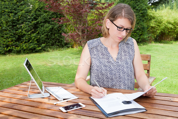 女性実業家 ホームオフィス 庭園 座って 作業 ストックフォト © limbi007