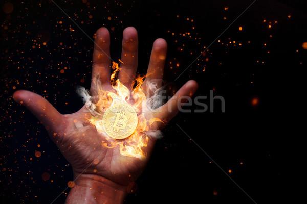 Ludzka ręka palenie bitcoin ceny strony ognia Zdjęcia stock © limbi007