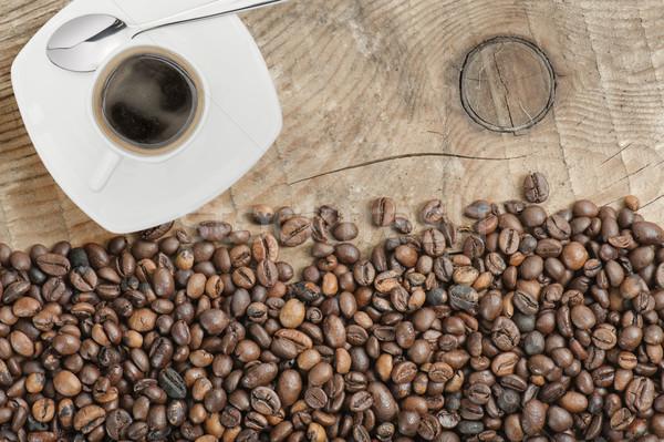 Kahve kahve çekirdekleri ahşap masa fincan karanlık beyaz Stok fotoğraf © limpido