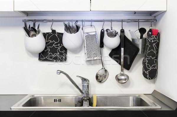 Mutfak araçları asılı üzerinde batmak Stok fotoğraf © limpido
