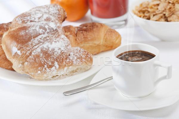 Kontinentális reggeli csésze kávé friss croissantok narancslé Stock fotó © limpido