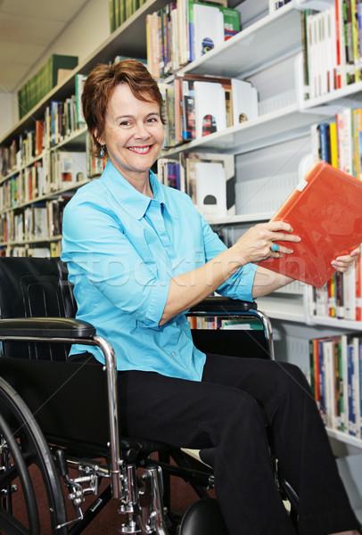 Kütüphaneci tekerlekli sandalye güzel kitaplar kadın Stok fotoğraf © lisafx