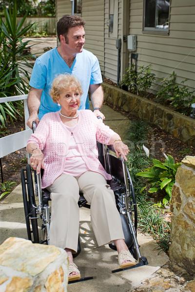 Verpleeginrichting nieuwe aankomst gehandicapten senior vrouw Stockfoto © lisafx