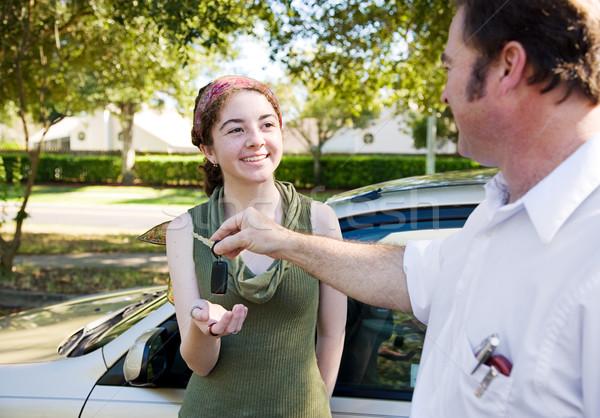 Araba anahtarları genç kadın baba sürücü eğitmen kız Stok fotoğraf © lisafx