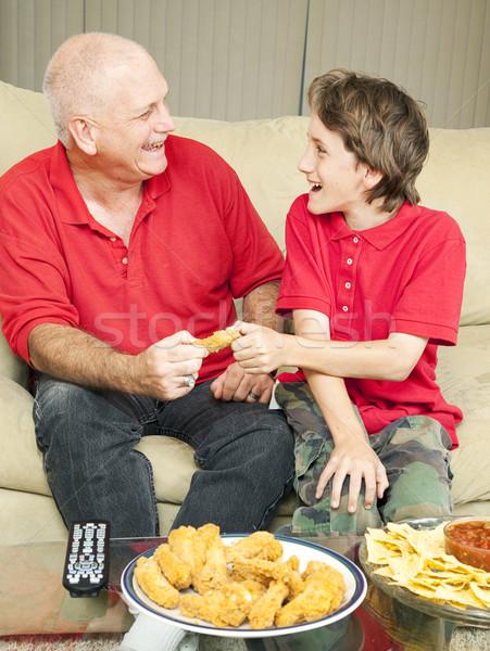 Poulet aile père en fils regarder Photo stock © lisafx