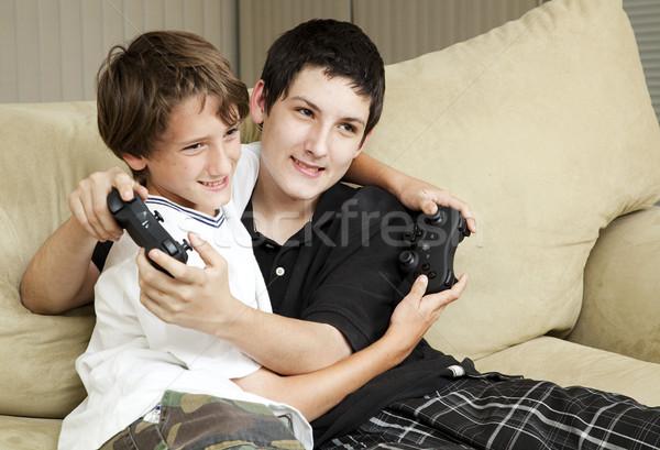 Hermanos jugando videojuegos dos cariñoso junto Foto stock © lisafx