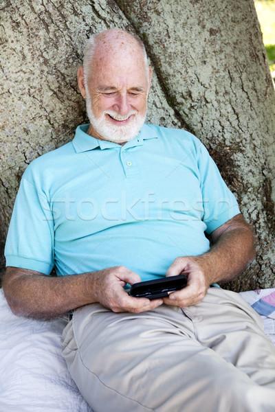 Starszy człowiek sms nowego technologii Zdjęcia stock © lisafx