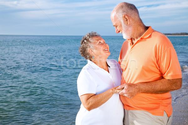 Idős pár vakáció vakációzás romantikus tengerpart nő Stock fotó © lisafx