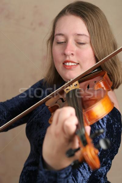 Hegedűművész csinos fiatal nő játszik hegedű nő Stock fotó © lisafx