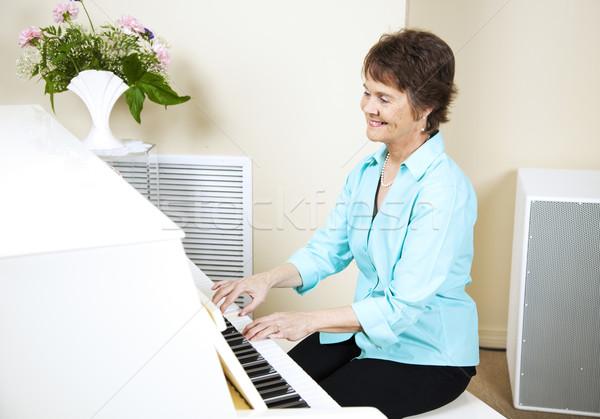 Boldog zongorista érett játszik zongora nő Stock fotó © lisafx