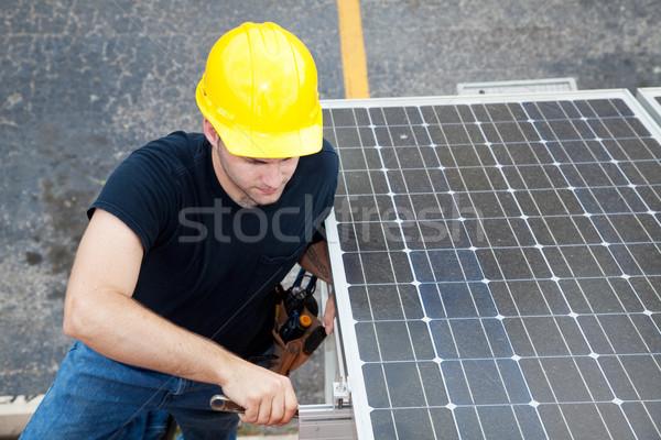 Energía solar electricista de trabajo paneles solares lado edificio Foto stock © lisafx