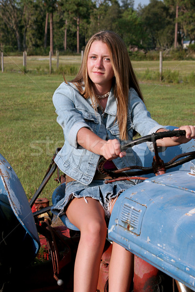 Belleza conducción tractor hermosa rubio chica de campo Foto stock © lisafx