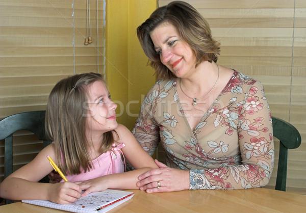 Foto stock: Ajuda · lição · de · casa · mãe · filha · crianças · livro