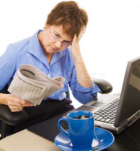 Finansal haber endişeli kadın okuma stok Stok fotoğraf © lisafx