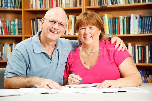 Estudiantes adultos biblioteca la educación de adultos estudiantes estudiar Foto stock © lisafx