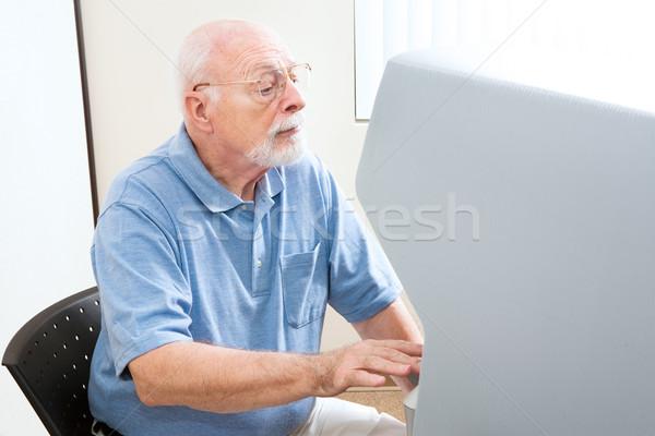 Senior homem votação novo tela sensível ao toque máquina Foto stock © lisafx