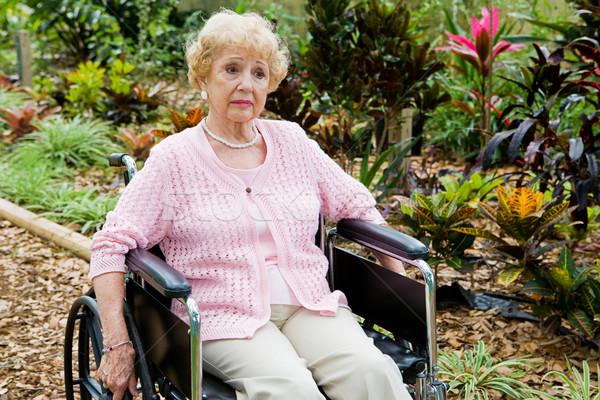 Gehandicapten alleen senior vrouw lijden tuin Stockfoto © lisafx