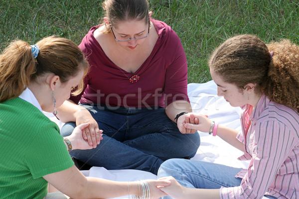 Teen gebed cirkel groep meisjes buitenshuis Stockfoto © lisafx