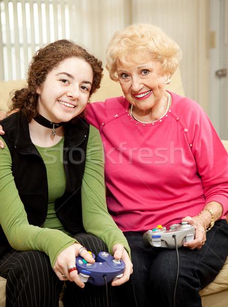 Kötődés videojátékok nagymama tini leányunoka játszik Stock fotó © lisafx