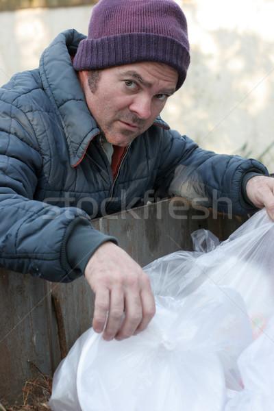 Hajléktalan férfi szemeteskuka néz étel szemét Stock fotó © lisafx