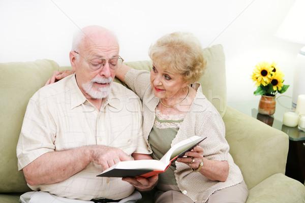 Idős pár felnőtt műveltség megnyugtató otthon olvas Stock fotó © lisafx