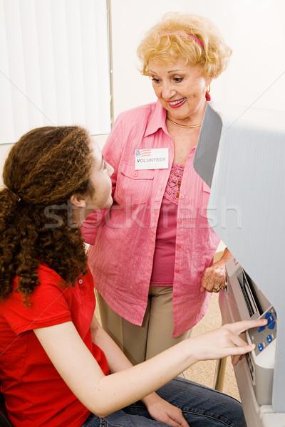Lugar voluntário senior ajuda jovem eleitor Foto stock © lisafx