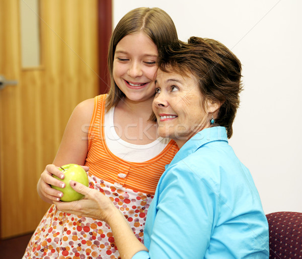 Favoriet leraar cute schoolmeisje appel vrouw Stockfoto © lisafx