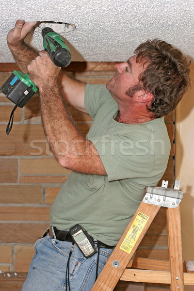Foto stock: Electricista · perforación · escalera · perforación · techo · construcción