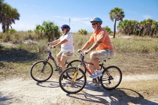 Stock fotó: Biciklizik · idős · pár · lovaglás · biciklik · tengerpart · visel