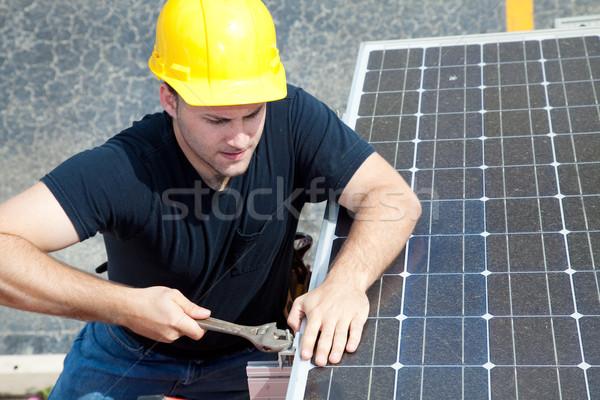 Werken zonnepaneel groene baan jonge elektricien Stockfoto © lisafx