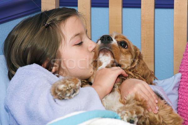 Kutyakölyök kislány csók kutya gyerekek barátok Stock fotó © lisafx