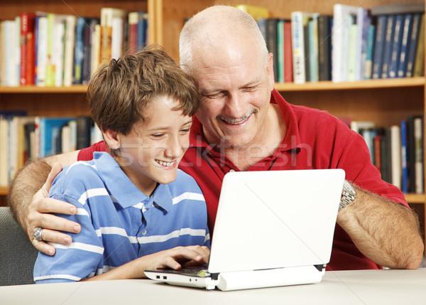 Baba oğul netbook'lar bilgisayar kütüphane küçük sevmek Stok fotoğraf © lisafx
