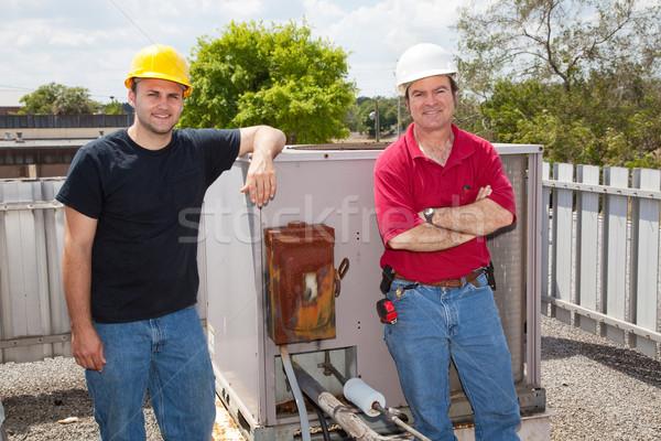 Ar condicionado dois reparar em pé telhado industrial Foto stock © lisafx