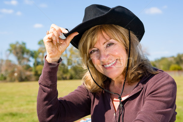 Boerderij mooie rijpe vrouw cowboyhoed glimlach gezicht Stockfoto © lisafx