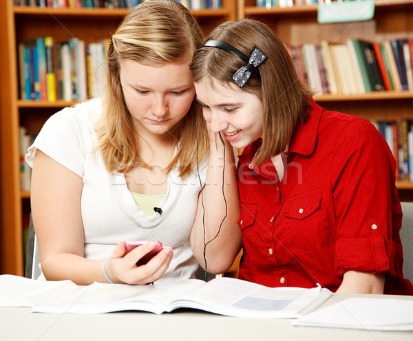 Bibliothek teens mP3-Player zwei ziemlich teen Stock foto © lisafx