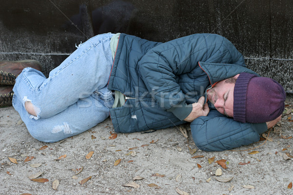 Hajléktalan férfi alszik szemeteskuka alszik föld Stock fotó © lisafx