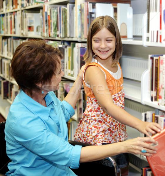 Escolas biblioteca escolher livro bibliotecário criança Foto stock © lisafx