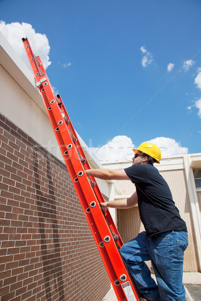 Stockfoto: Bouwvakker · dak · klimmen · omhoog · ladder · gebouw