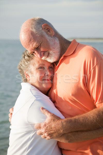 Idős pár szeretet gyengédség szerető átölel óceán Stock fotó © lisafx
