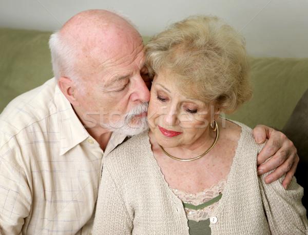 Megnyugtató idős férfi feleség szeretet zaklatott Stock fotó © lisafx