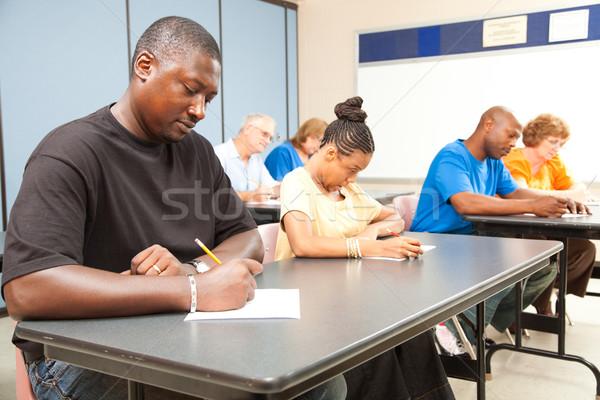 Estudiantes adultos toma prueba clase adulto universidad Foto stock © lisafx