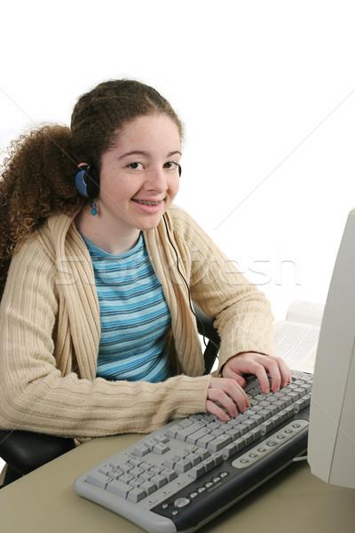 Deberes auriculares muchacha adolescente línea escuchar ordenador Foto stock © lisafx