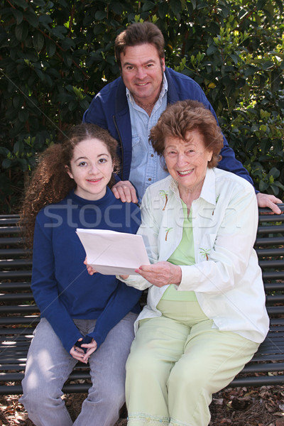 Famiglia lettura una buona notizia padre figlia nonna Foto d'archivio © lisafx